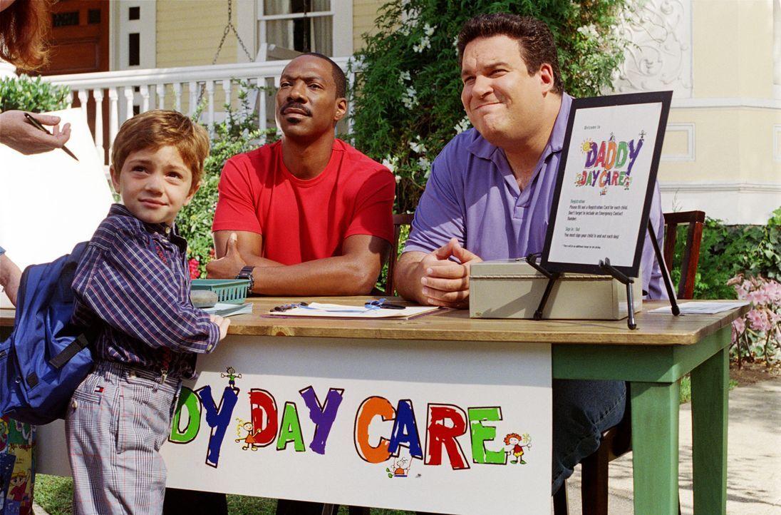Ohne die Aussicht auf neue Anstellungen am Horizont, haben Charlie (Eddie Murphy, M.) und Phil (Jeff Garlin, r.) eine konsequente Lösung der Job-Pr... - Bildquelle: 2004 Sony Pictures Television International. All Rights Reserved.