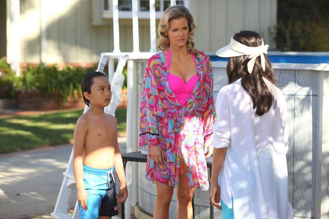 """Während Evan (Ian Chen, l.) seine Freizeit im Pool verbringt, beschließt seine Mutter Jessica (Constance Wu, r.) nach dem Staffelfinale von """"Melrose... - Bildquelle: 2015-2016 American Broadcasting Companies. All rights reserved."""