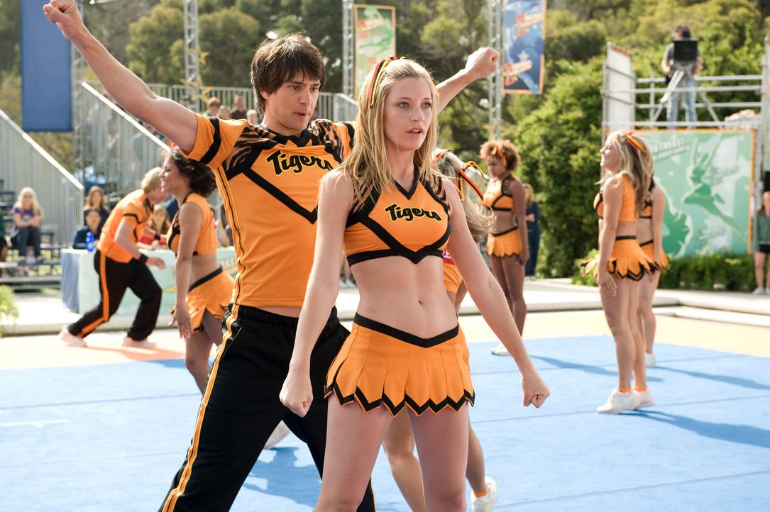 Als sich Shawn (Nicholas D'Agosto, l.) in Carly (Sarah Roemer, r.) verliebt, brechen im Cheerleadercamp härtere Zeiten an. Denn die attraktive Chef... - Bildquelle: 2009 Screen Gems, Inc. All Rights Reserved.