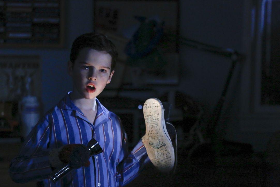 Sheldon (Iain Armitage) ist geschockt, als er herausfindet, dass sein Bruder bei einem Mathetest geschummelt hat - bis er entdeckt, dass sogar einer... - Bildquelle: Warner Bros.