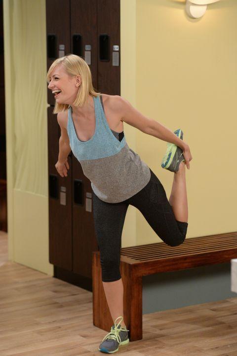 Als sie im Fitnessstudio anheuert lenkt Caroline (Beth Behrs) sehr schnell die Aufmerksamkeit eines sexy Trainers auf sich - und den Neid einer Grup... - Bildquelle: Darren Michaels Warner Brothers