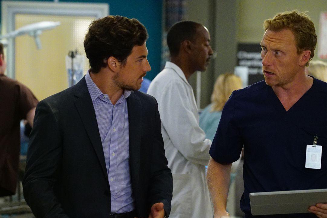 Owen (Kevin McKidd, r.) bittet Dr. Andrew DeLuca (Giacomo Gianniotti, l.), der eine Verletzte ins Krankenhaus gebracht hat, um Mithilfe ... - Bildquelle: ABC Studios