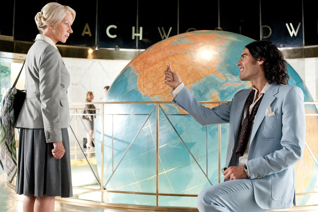 Hobson (Helen Mirren, l.); Arthur (Russell Brand, r.) - Bildquelle: Warner Bros.