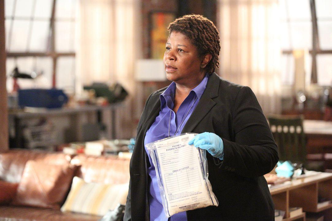 Sergeant Dorado (Cleo King) schaut ganz genau hin. Wird sie in der WG etwas Illegales finden? - Bildquelle: 2014 Twentieth Century Fox Film Corporation. All rights reserved.