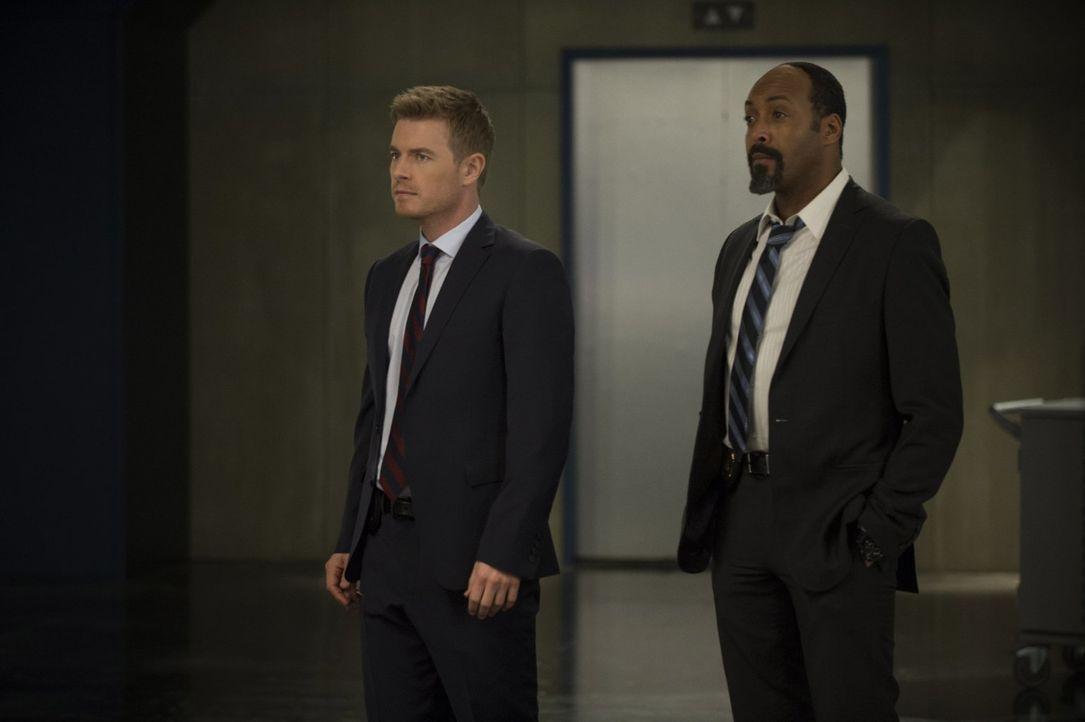 Mit der Entscheidung, die Eddie (Rick Cosnett, l.) trifft, ist Joe (Jesse L. Martin, r.) mehr als unzufrieden ... - Bildquelle: Warner Brothers.