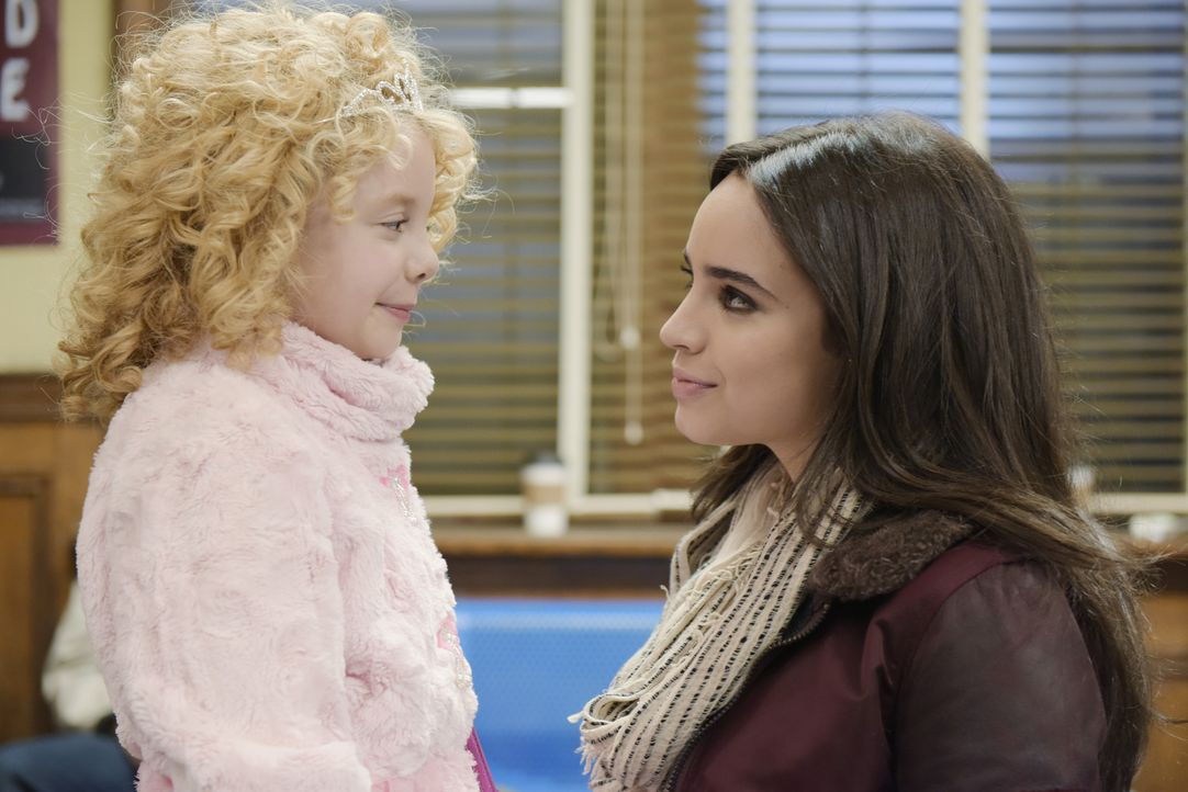 Im Laufe der langen und aufregenden Nacht muss Lola (Sofia Carson, l.) erkennen, dass bei Kosmetiktipps und Stilfragen niemand an der kleinen Katy (... - Bildquelle: Ed Araquel 2015 Disney Enterprises, Inc. All Rights Reserved.