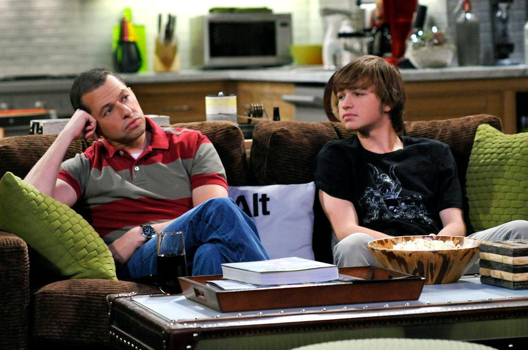 Männerabend: Alan (Jon Cryer, l.) und Jake (Angus T. Jones, r.) ... - Bildquelle: Warner Brothers Entertainment Inc.