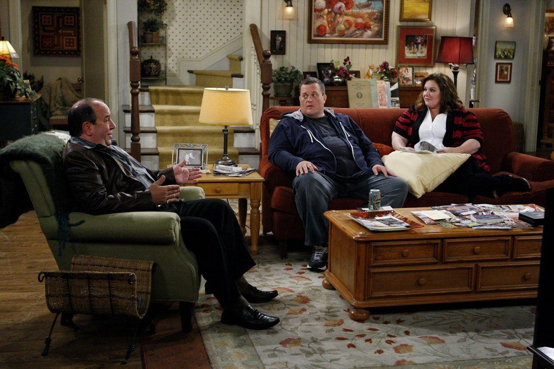 Während ihrer Hochzeitsvorbereitungen bekommen Molly (Melissa McCarthy, r.) und Mike (Billy Gardell, M.) gute Ratschläge von Vince (Louis Mustillo,... - Bildquelle: Warner Brothers