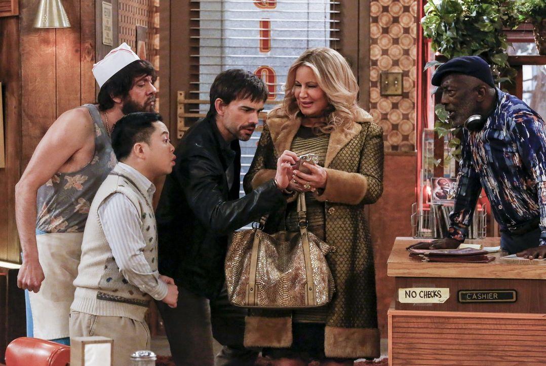Als Caroline bei einer Promo-Tour für einen Film über ihr Leben auf ihren Exfreund trifft, packt Bobby (Christopher Gorham, M.) die Eifersucht. Doch... - Bildquelle: Warner Bros. Television