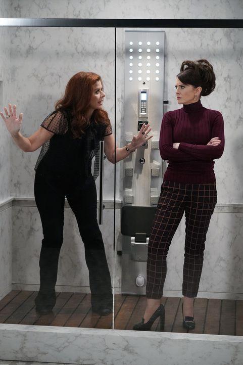 Grace (Debra Messing, l.) und Karen (Megan Mullally, r.) geraten gemeinsam in eine missliche Lage, was schließlich sogar ihre Freundschaft gefährdet... - Bildquelle: Chris Haston 2017 NBCUniversal Media, LLC