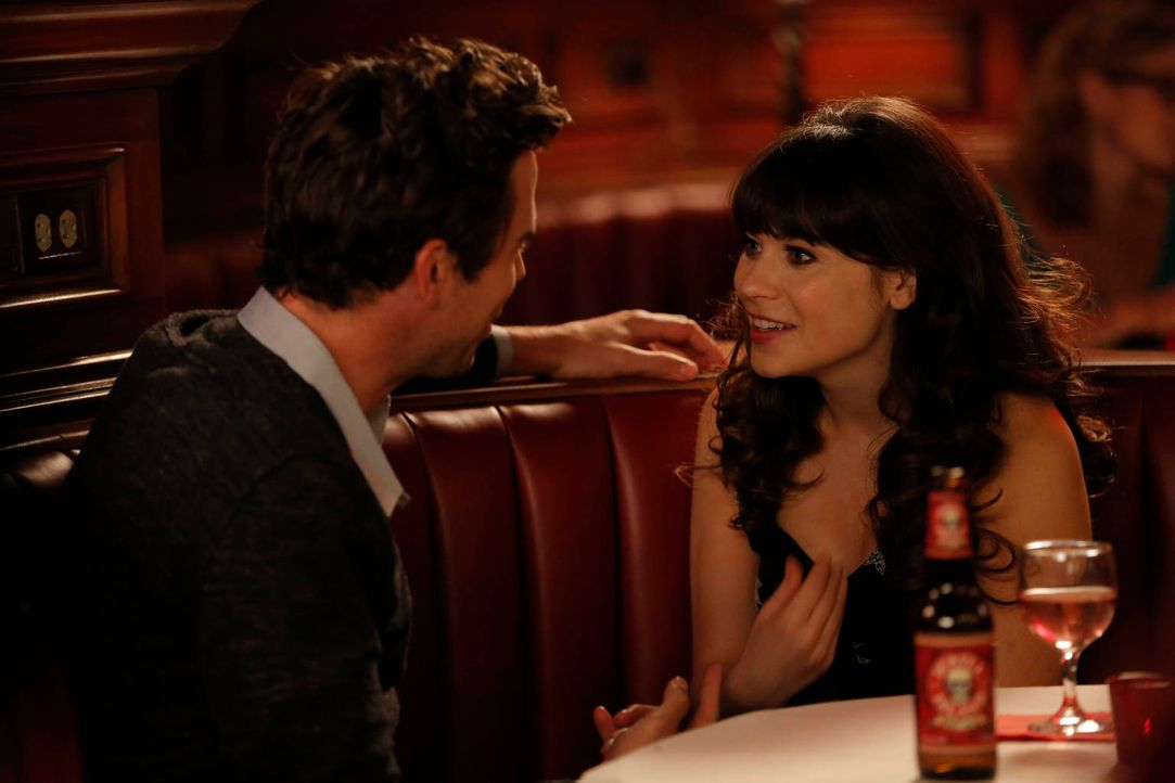 "Als Jess (Zooey Deschanel, r.) den gutaussehenden Sam (David Walton, l.) kennenlernt, stellt sie sich ihm als ""Katie"" vor ... - Bildquelle: 2012 Twentieth Century Fox Film Corporation. All rights reserved."