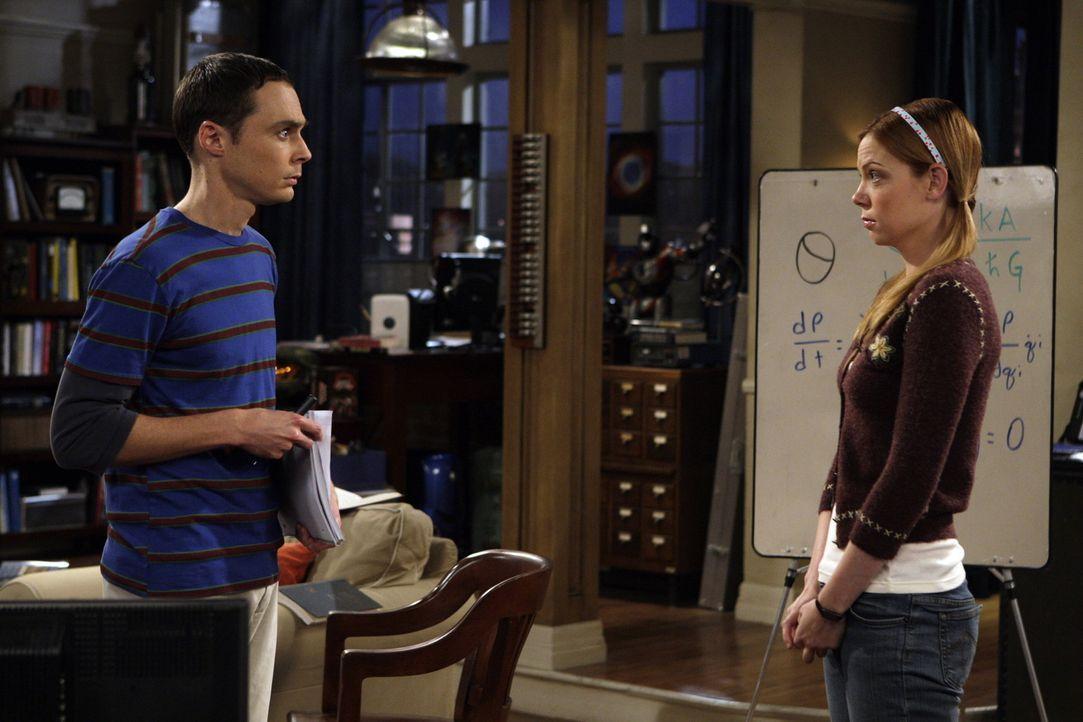 Nachdem Sheldon (Jim Parsons, l.) eine Rede vor Studenten in einem Seminar gehalten hat, wird er von der Studentin Ramona Nowitzki (Riki Lindhome, r... - Bildquelle: Warner Bros. Television