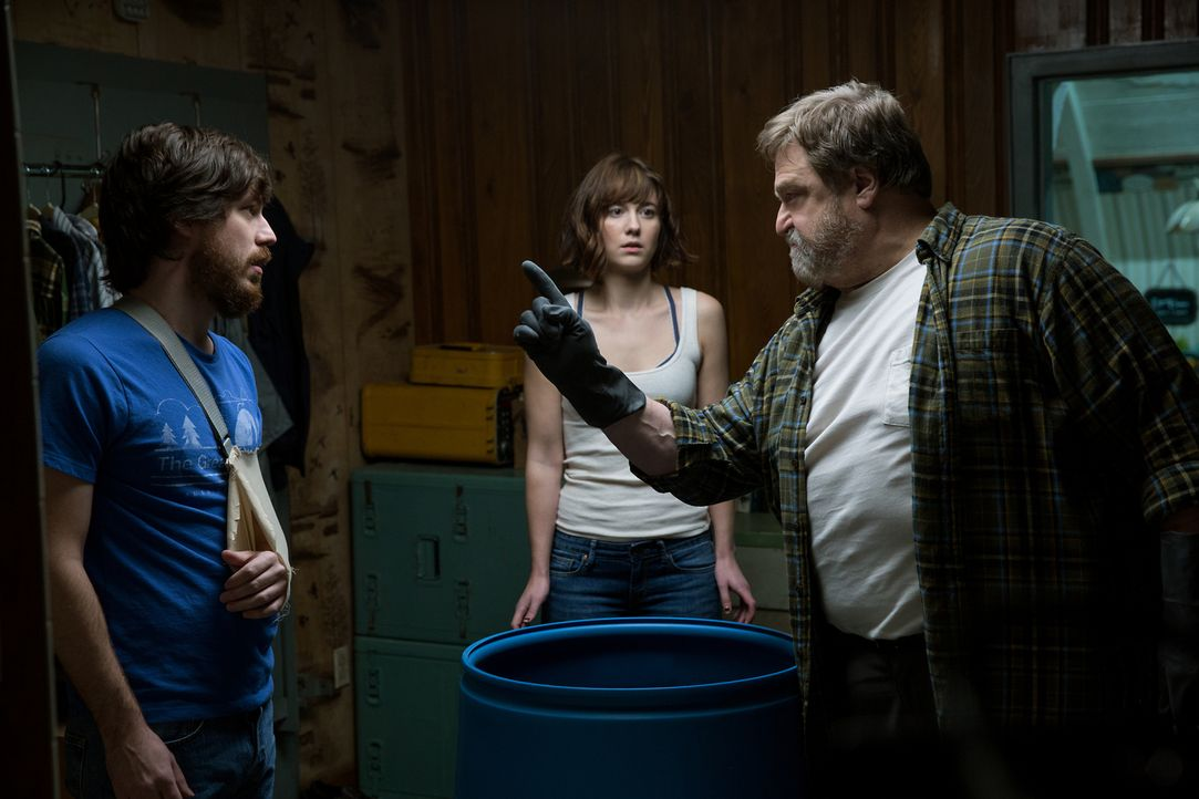 Immer wieder kommen Emmett (John Gallagher Jr., l.) und Michelle (Mary Elizabeth Winstead, M.) Zweifel daran, dass sie in Howards (John Goodman, r.)... - Bildquelle: Michele K. Short 2016 Paramount Pictures.  All Rights Reserved.