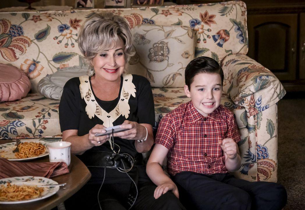 Meemaw (Annie Potts, l.); Sheldon (Iain Armitage, r.) - Bildquelle: Darren Michaels 2018 WBEI. All rights reserved./Darren Michaels
