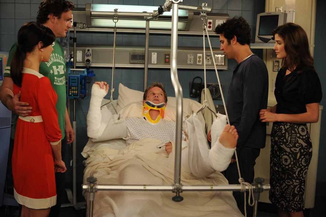 Barney (Neil Patrick Harris, M.), der von Teds Unfall gehört hat, will schnell ins Krankenhaus und wird prompt von einem Bus angefahren. Gemeinsam... - Bildquelle: 20th Century Fox International Television