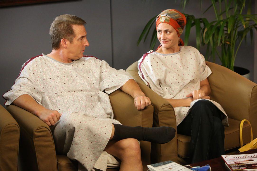 Sheldon (Brian Benben, l.) hat sich für eine Strahlentherapie entschieden. Er lernt dabei eine Frau namens Miranda (Diane Farr, r.) kennen. Sie hat... - Bildquelle: ABC Studios