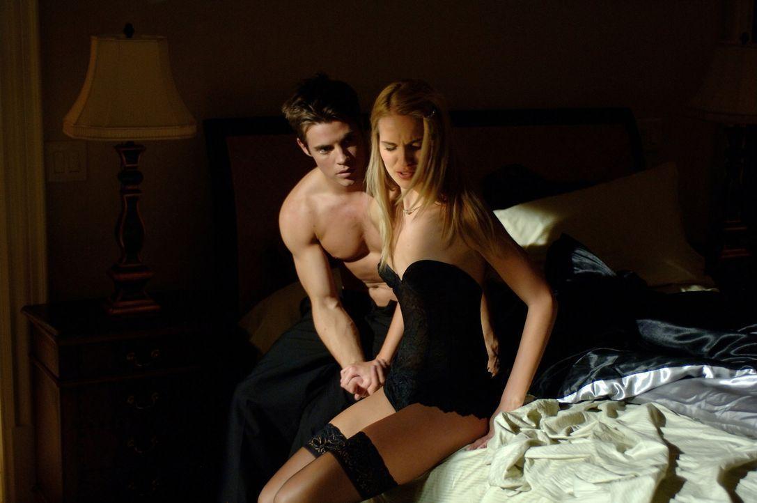 Während Blaine (Josh Henderson, l.) und Milan (Sabrina Aldridge, r.) die Party für ein ganz besonderes Vergnügen nutzen, plant der Killer bereits... - Bildquelle: 2008 360 Pictures LLC. All Rights Reserved.