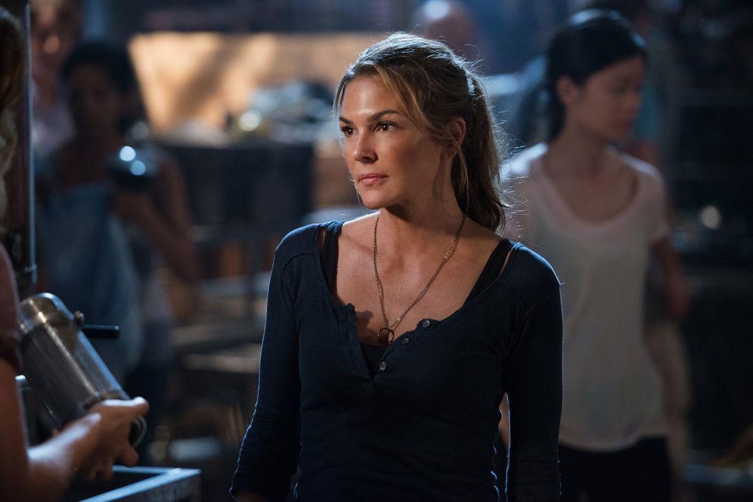 Während Abigail (Paige Turco) versucht, die Strukturen im Camp aufrechtzuerhalten, findet Murphy in der Villa einen vollkommen veränderten Jaha ... - Bildquelle: 2014 Warner Brothers