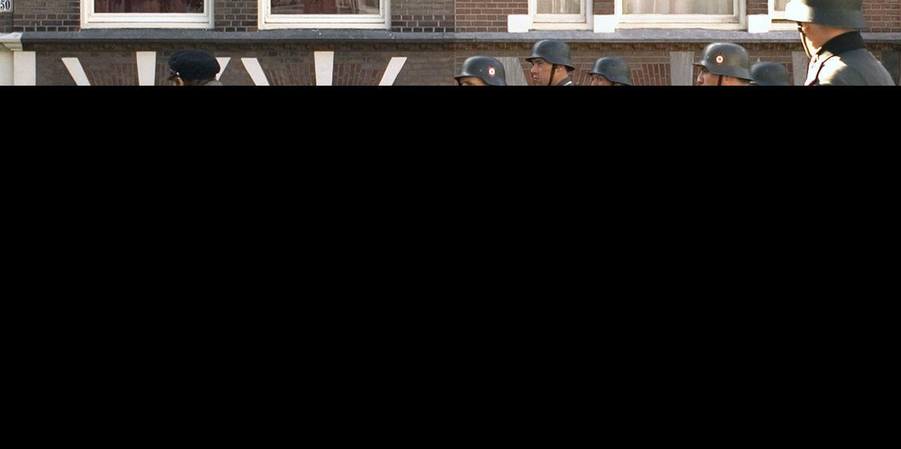 Als im zweiten Weltkrieg Rachels (Carice van Houten, 2.v.l.) gesamte Familie vor ihren Augen erschossen wird, wagt sie den Wechsel von der Flucht zu... - Bildquelle: Egoli Tossell Film AG