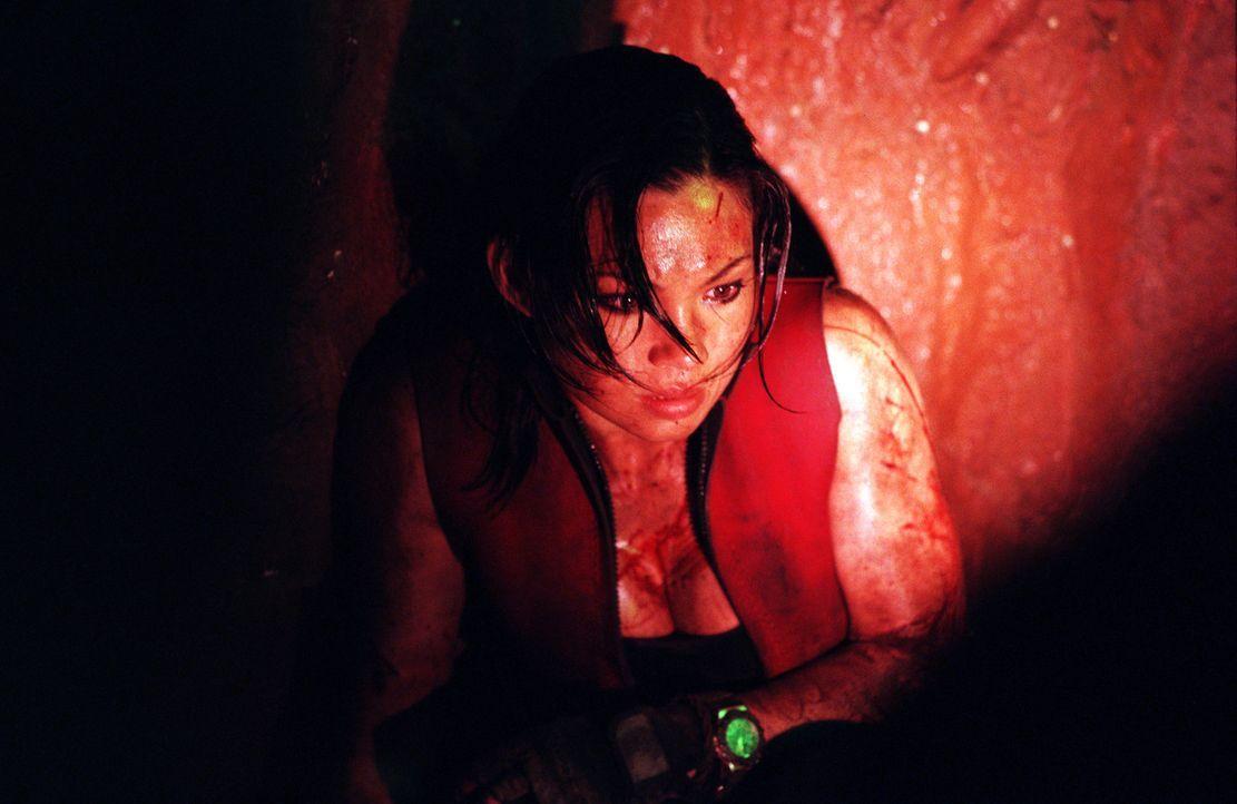 Mühsam bahnen sich die sechs Freundinnen (Natalie Mendoza) ihren Weg durch die dunklen Felsentunnel und Höhlengänge. Doch dann stellen sie fest,... - Bildquelle: Square One Entertainment