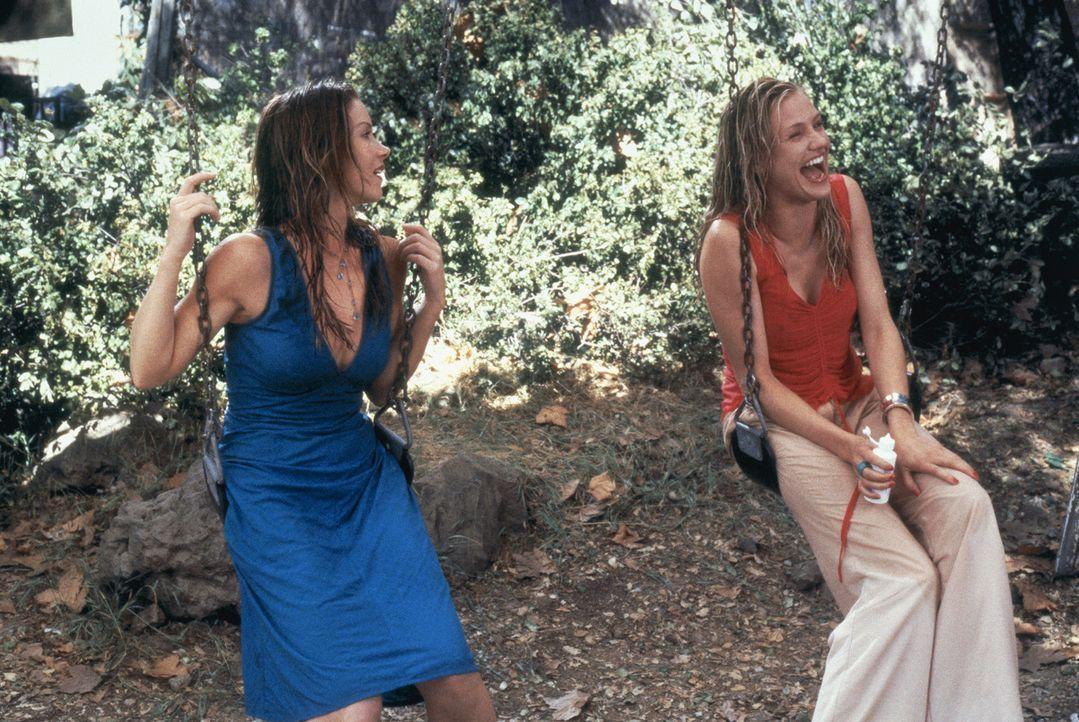 Weil sich Christina (Cameron Diaz, r.) unsterblich in einen Unbekannten verliebt hat, macht sie sich mit ihrer besten Freundin Courtney (Christina A... - Bildquelle: 2003 Sony Pictures Television International
