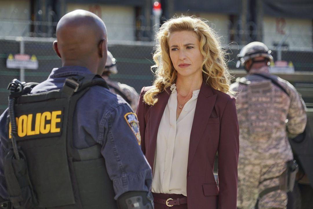 Sabine (Claudia Black, r.) bittet Lex (David Gyasi, l.) um einen Gefallen, der sowohl Dr. Cannerts als auch einigen anderen Menschen im Sperrgebiet... - Bildquelle: Warner Brothers