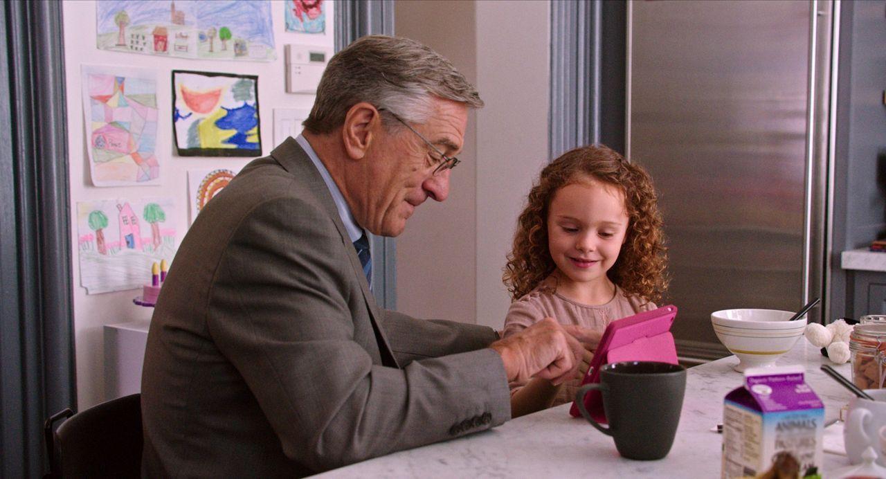 Jules arbeitet rund um die Uhr und hat dabei kaum mehr Zeit für ihre Tochter (JoJo Kushner, r.) und ihren Mann. Kann Ben (Robert De Niro, l.) die Fa... - Bildquelle: Warner Brothers