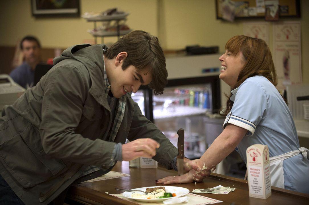 Was veranlasst den jungen Billy (Kurt Ostlund, l.) dazu seiner alten Bekannten Sally (Ella May, r.) so wehzutun? - Bildquelle: 2013 Warner Brothers