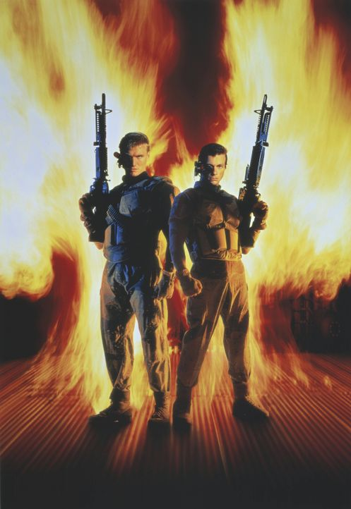 Feinde im Diesseits und Jenseits: Luc (Jean-Claude Van Damme, r.) und Andrew (Dolph Lundgren, l.) ... - Bildquelle: 1992 TriStar Pictures