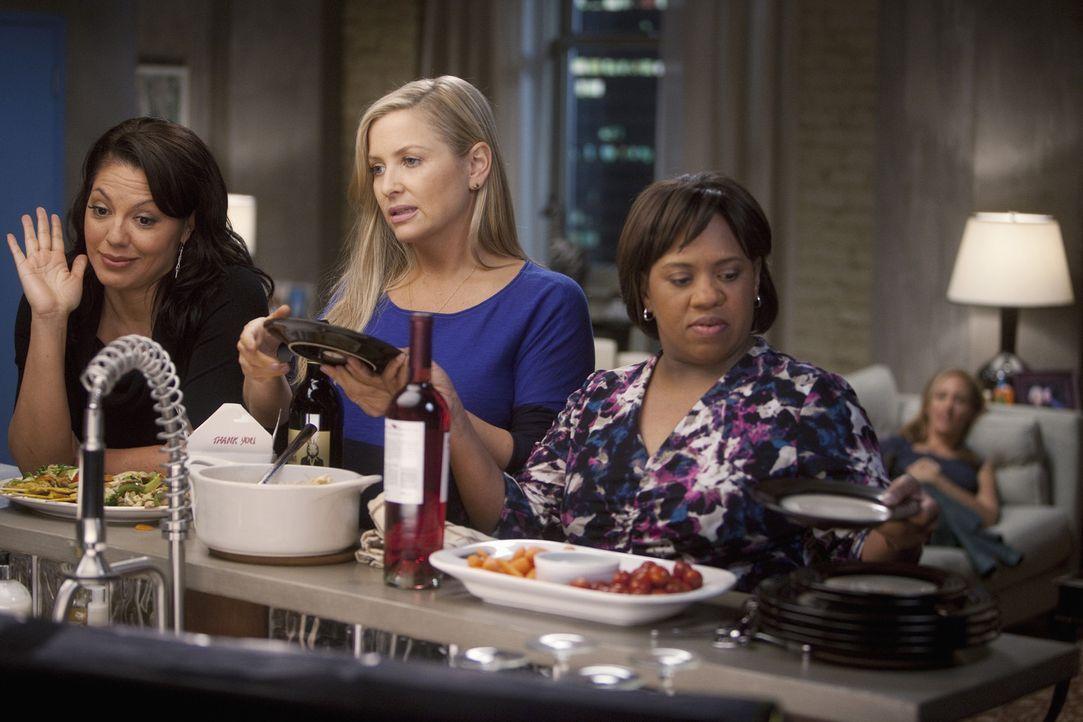 Callie (Sara Ramirez, l.), Arizona (Jessica Capshaw, 2.v.l.) und Miranda (Chandra Wilson, 2.v.r.) werden von Teddy (Kim Raver, r.) zu einem Frauenab... - Bildquelle: Touchstone Television