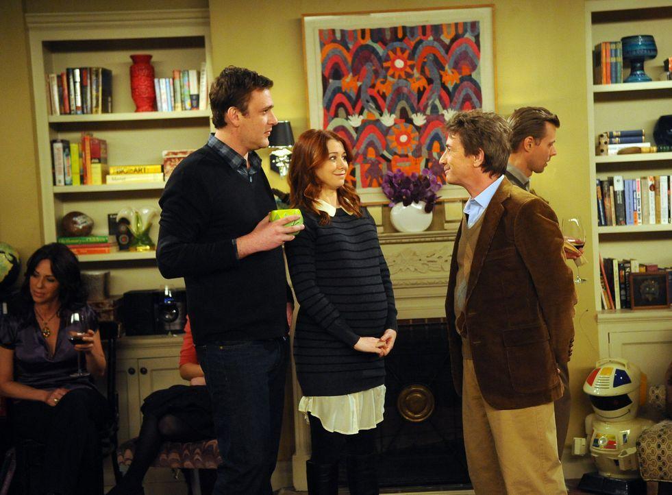 Lily (Alyson Hannigan, M.) und Marshall (Jason Segel, l.) schmeißen eine Einweihungsparty, auf der es beinahe zu einer Prügelei zwischen Ted und M... - Bildquelle: 20th Century Fox International Television
