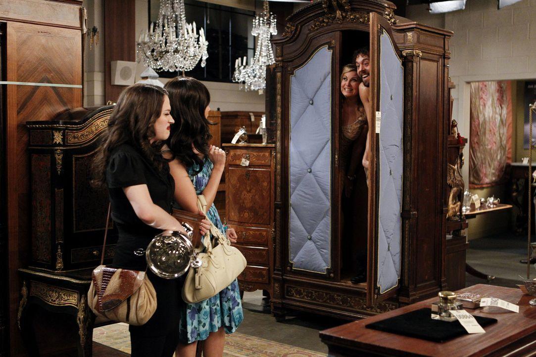 Nicht alles, was Max (Kat Dennings, l.) und Caroline (Beth Behrs, 2.v.l.) bei der Versteigerung finden, wollten sie auch finden: Sophie Kachinsky (J... - Bildquelle: Warner Brothers