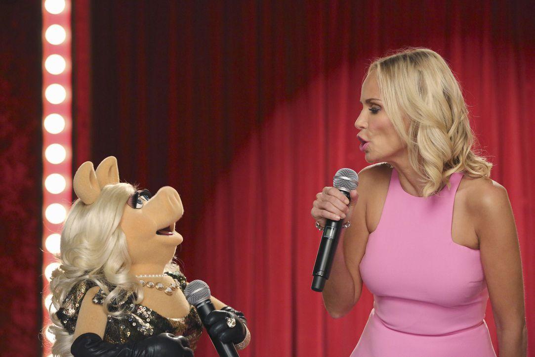 """Musicaldarstellerin Kristin Chenoweth (r.) ist zu Gast in Miss Piggys (l.) Show """"Up Late with Miss Piggy"""". Ein gelungener Auftritt ... - Bildquelle: Carol Kaelson ABC Studios"""