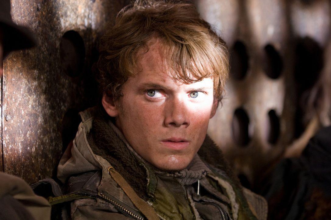 Als Kyle Reese (Anton Yelchin, r.), der John Connors Mutter beschützen soll, entführt wird, steht die gesamte Existenz der Menschheit auf dem Spie... - Bildquelle: 2009 T Asset Acquisition Company, LLC. All Rights Reserved.