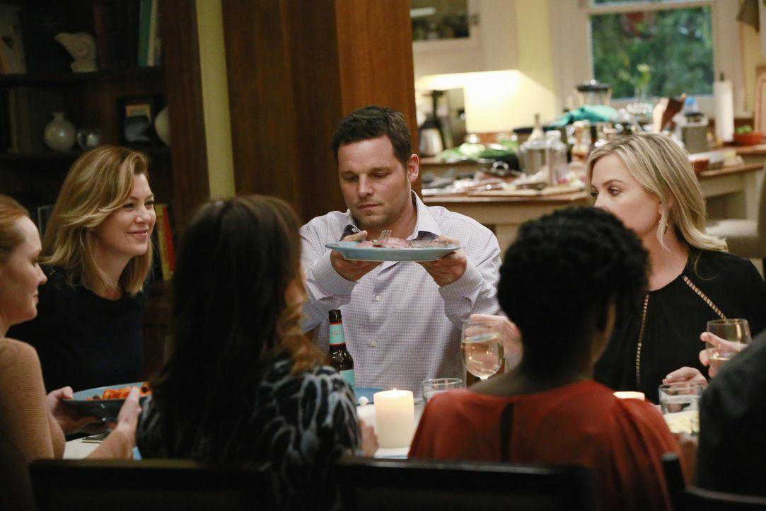 Eine Dinnerparty mit unerwartetem Ausgang: (v.l.n.r.) Penny (Samantha Sloyan), Meredith (Ellen Pompeo), Amelia (Caterina Scorsone), Alex (Justin Cha... - Bildquelle: Mitchell Haaseth ABC Studios