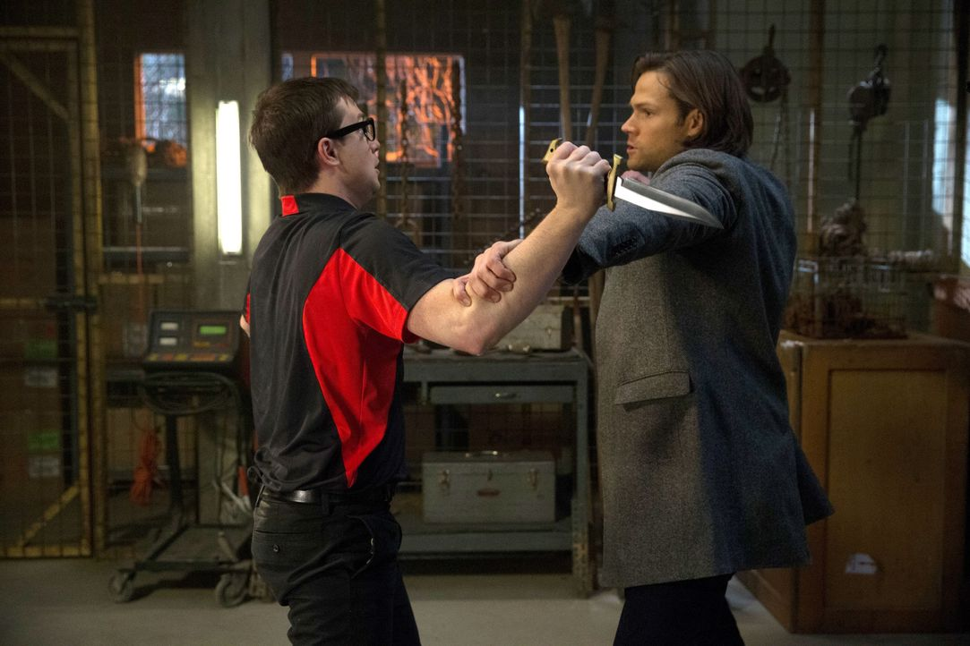 Ohne es zu ahnen, geht Sam (Jared Padalecki, r.) Del (James Immekus, l.) in die Falle ? - Bildquelle: 2013 Warner Brothers