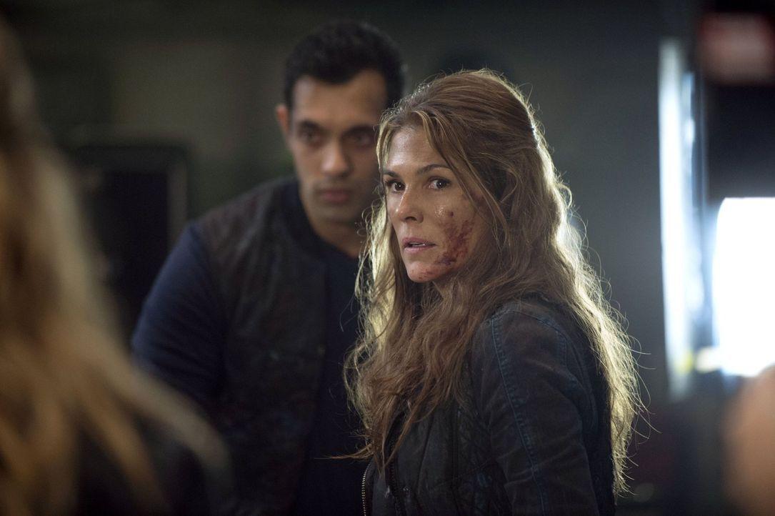 Abi (Paige Turco, r.) versucht immer noch, Clarke zu beschützen, doch hat sie dafür überhaupt noch die Möglichkeit? - Bildquelle: 2014 Warner Brothers