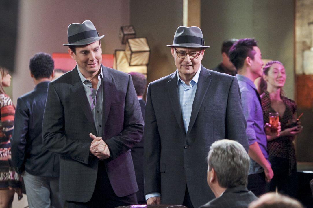 """Nathan (Will Arnett, l.) lässt sich von Ed Dolan (Jeffrey Tambor, r.) zu einem """"Aufreißer-Abend"""" überreden, bei dem Nathan den Aufreißer und Dolan d... - Bildquelle: 2013 CBS Broadcasting, Inc. All Rights Reserved."""