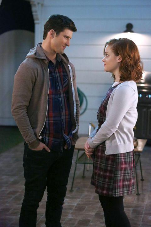 Als Tessa (Jane Levy, r.) erfährt, dass Ryan (Parker Young, l.) ihr gegenüber nicht ehrlich war, denkt sie über die Zukunft ihrer Beziehung nach ...... - Bildquelle: Warner Brothers
