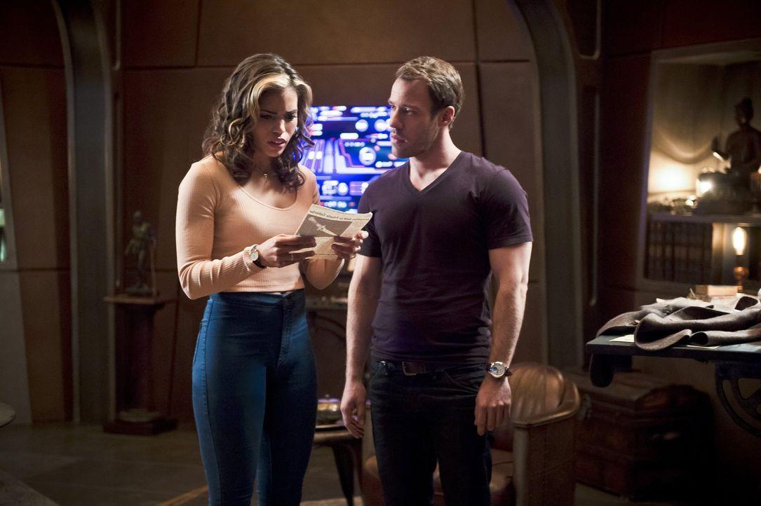 Carter alias Hawkman (Falk Hentschel, r.) versucht Kendra alias Hawkgirl (Ciara Renée, l.) zu helfen, sich an ein wichtigen Teil aus ihrem ersten Le... - Bildquelle: 2015 Warner Bros.