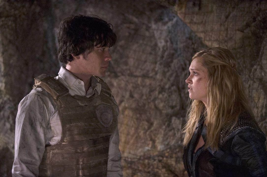 Bellamy (Bob Morley, l.) ist entsetzt, zu welcher Art Anführerin Clarke (Eliza Taylor, r.) geworden ist, aber auch er weiß, dass es manchmal keinen... - Bildquelle: 2014 Warner Brothers