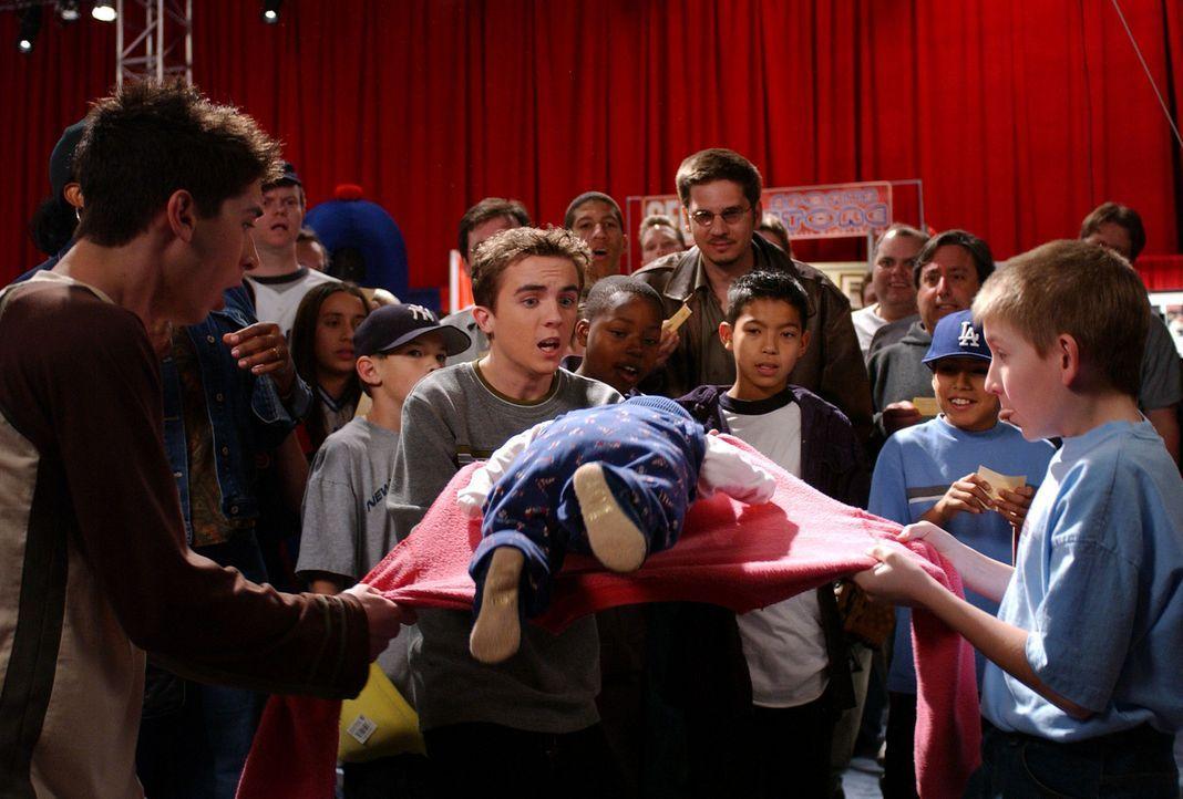 Obwohl Reese (Justin Berfield, l.) und Malcolm (Frankie Muniz, M.) Dewey (Erik Per Sullivan , r.) keinen Glauben schenke, was dessen Glückspulli be... - Bildquelle: TM +   2000 Twentieth Century Fox Film Corporation. All Rights Reserved.