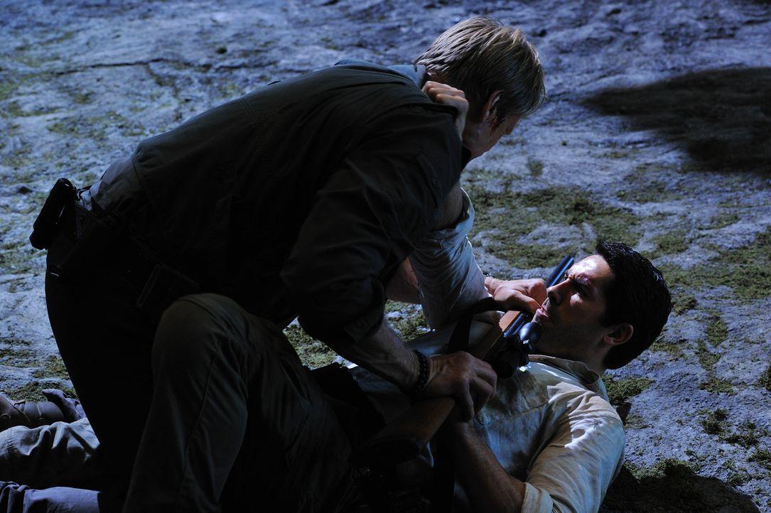Zwischen dem Kryptozoologen Travis Preston (Scott Adkins, unten) und Großwildjäger Harker (Dolph Lundgren, oben) entbrennt ein Kampf auf Leben und T...