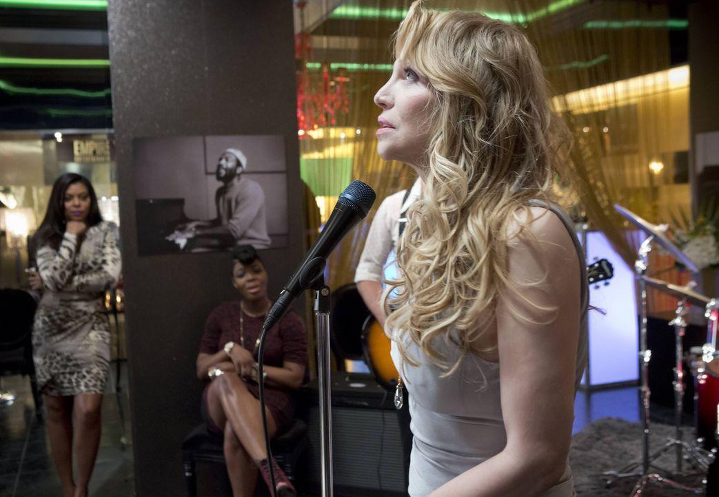 Jetzt kommt es darauf an: Kann Elle Dallas (Courtney Love, r.) die wichtigen Sponsoren überzeugen? Produzenten Cookie (Taraji P. Henson, l.) beobach... - Bildquelle: 2015 Fox and its related entities.  All rights reserved.