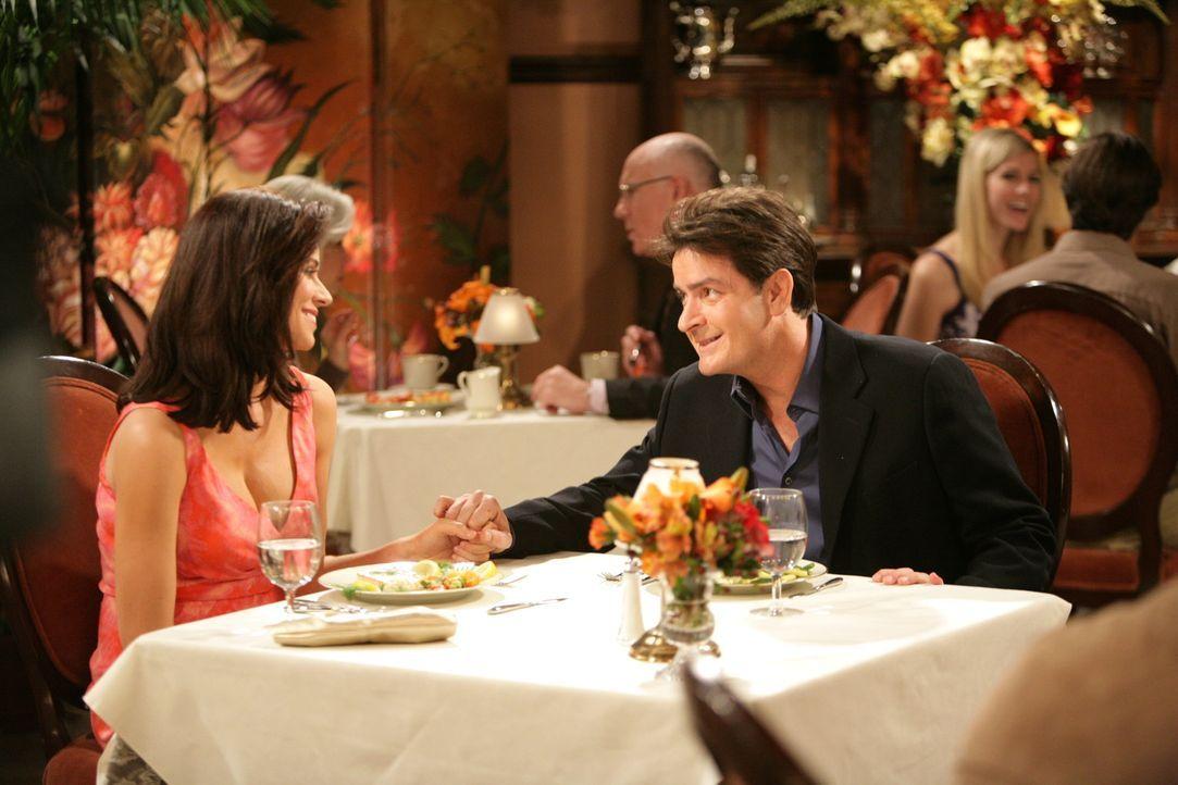 Charlie (Charlie Sheen, r.)  will seiner Freundin Chelsea (Jennifer Bini Taylor, l.) bei einem Glas Champagner einen Heiratsantrag  machen, um ihr s... - Bildquelle: Warner Brothers Entertainment Inc.