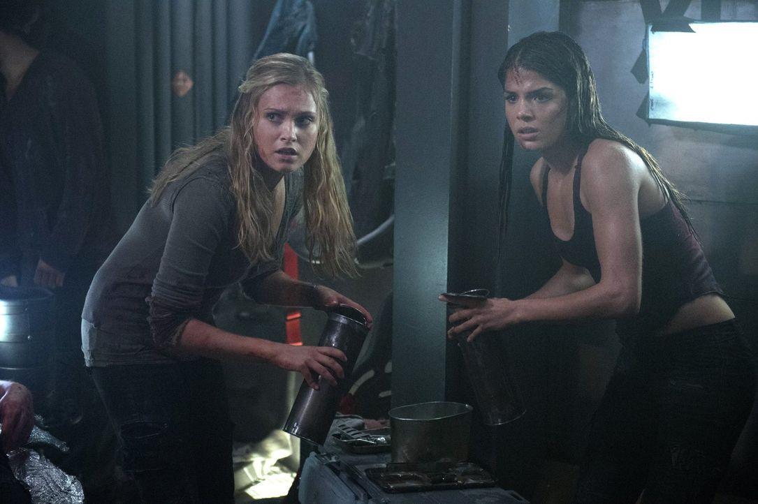 Clarke (Eliza Taylor, l.) und Octavia (Marie Avgeropoulos, r.) hoffen darauf, dass auch dieses Mal ein Wunder einem von ihnen das Leben retten wird... - Bildquelle: Warner Brothers