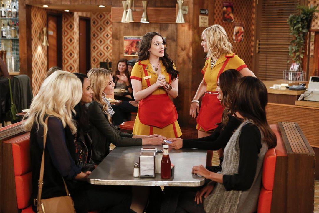 So schöne Gäste haben Max (Kat Dennings, M.) und Caroline (Beth Behrs, 3.v.r.) nur selten ... - Bildquelle: Warner Bros. Television