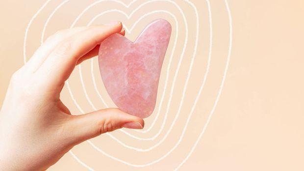 Ein Gua Sha Stein in Herz Form – wir sind ganz hin und weg – auch von der Bea...