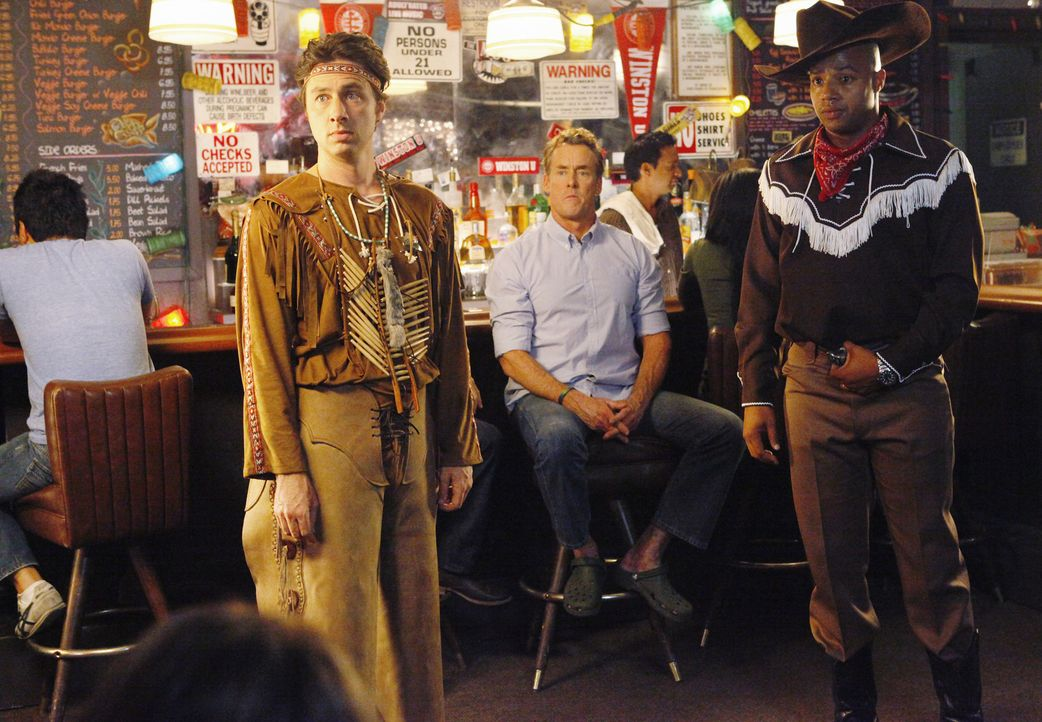J.D. (Zach Braff, l.) und Turk (Donald Faison, r.) planen einen wilden Männerabend, den Dr. Cox (John C. McGingley, M.) zu sabotieren versucht, ind... - Bildquelle: Touchstone Television