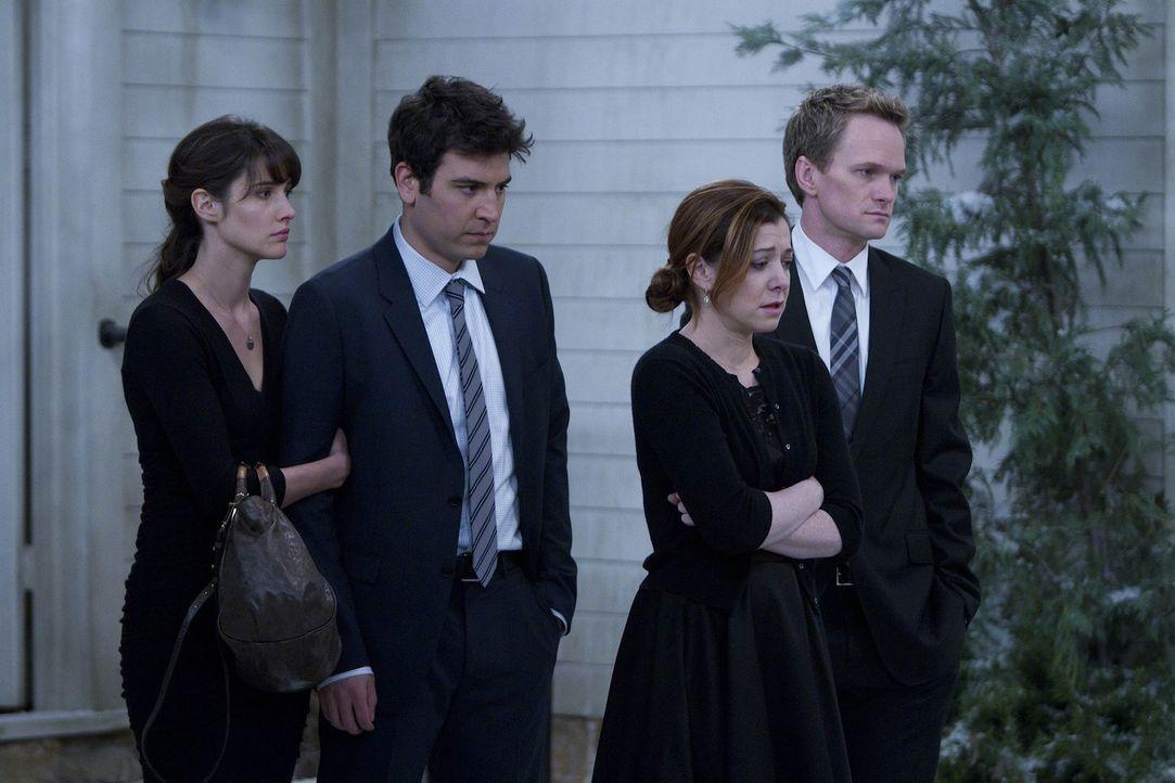 Ted (Josh Radnor, 2.v.l.), Barney (Neil Patrick Harris, r.), Lily (Alyson Hannigan, 2.v.r.) und Robin (Cobie Smulders, l.) sind zur Beerdigung von M... - Bildquelle: 20th Century Fox International Television